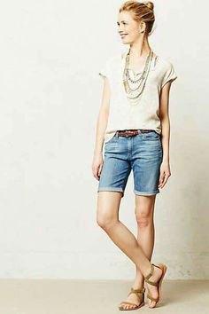 Ljusrosa t-shirt med ljusblå shorts med muddar