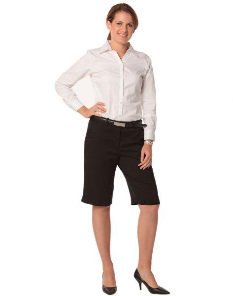 vit skjorta med knappar, svarta shorts och höga klackar
