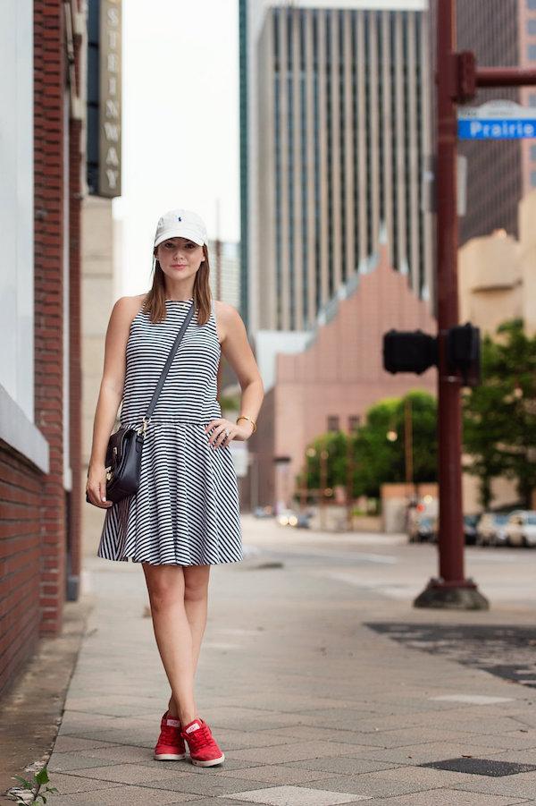 randig klänning baseball mössa söt outfit
