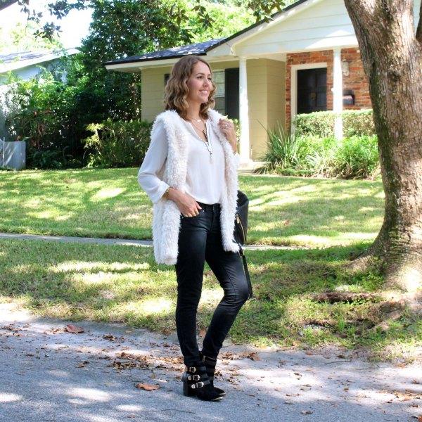 vit fuzzy longline-väst med chiffongblus och smala jeans