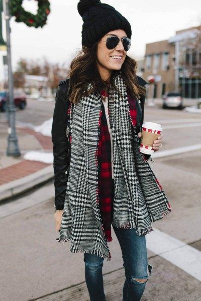 svartvit rutig halsduk med avslappnad jacka och stickad hatt