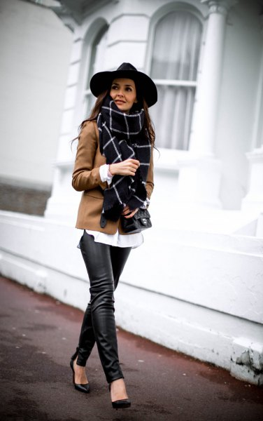 svart filthatt och brun blazer och läderjackor