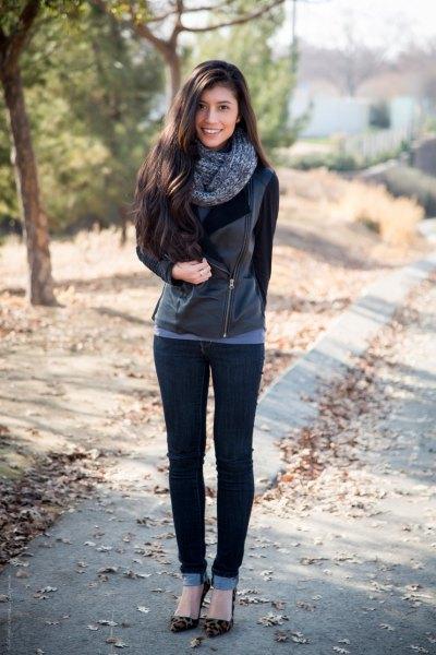 svart lädermotojacka med smala jeans med muddar