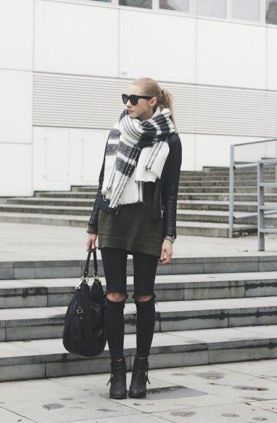 grå tunika tröja med svarta skinny jeans och vit halsduk