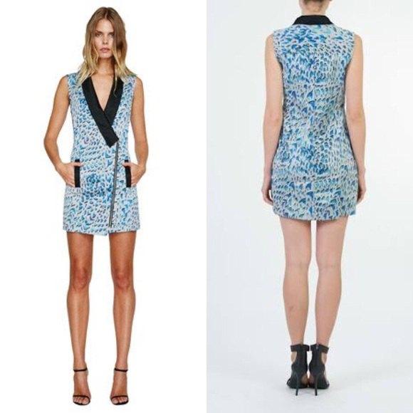 blå och vit västklänning med leopardtryck och svarta läderklackar