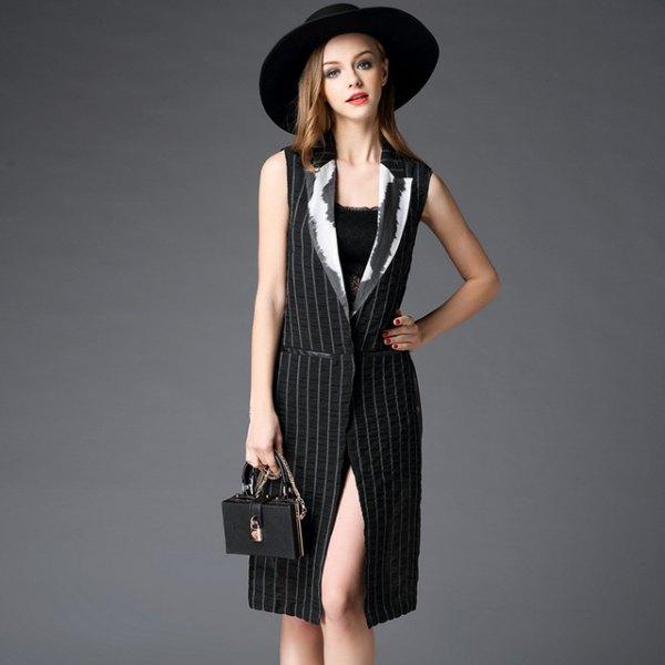 svart och vit randig knälång västklänning med bälte och filthatt