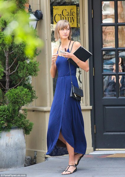 blå sandaler med maxiklänning