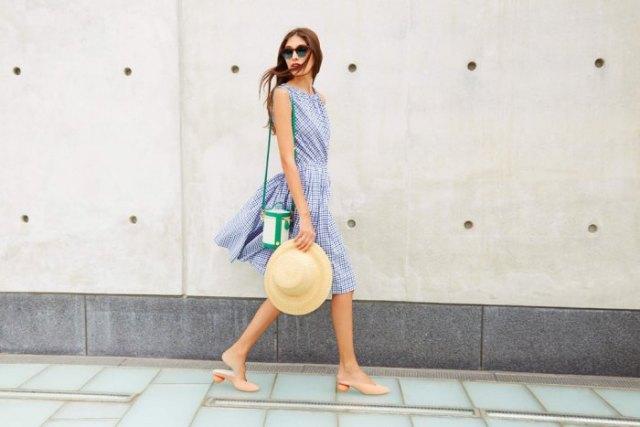 Kontrollera mönstrets luftiga klänning