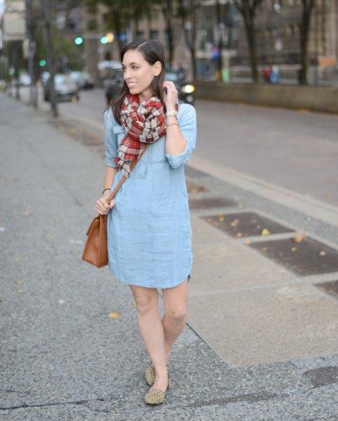ljusblå mini-skiftklänning med röd och rosa rutig halsduk