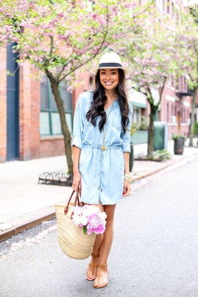 ljusblå skjortklänning med vit stråhatt