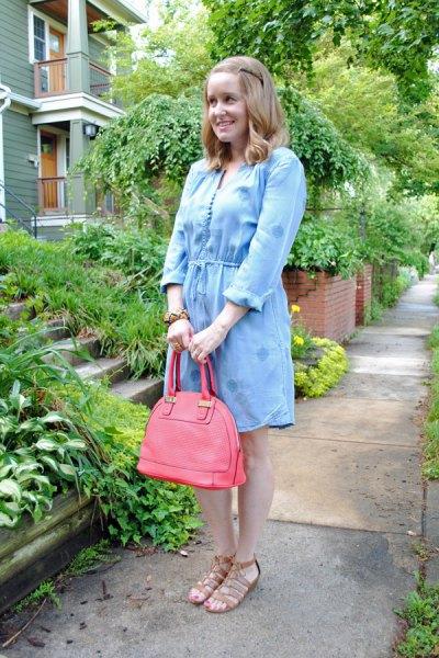 ljusblå mini chambray klänning med rosa läderhandväska