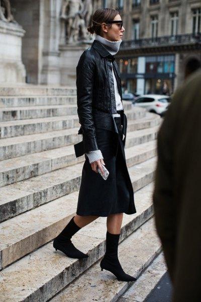 grå turtleneck och svart bomberjacka i läder