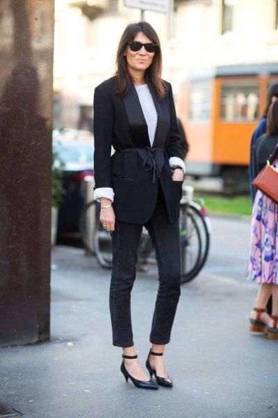 svart kavaj med matchande smala jeans och skor för kattungehäl