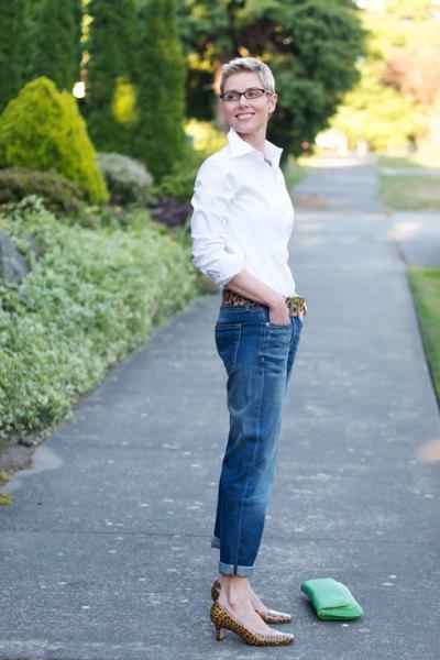 vit skjorta med knappar, jeans med muddar och kattungsklackar