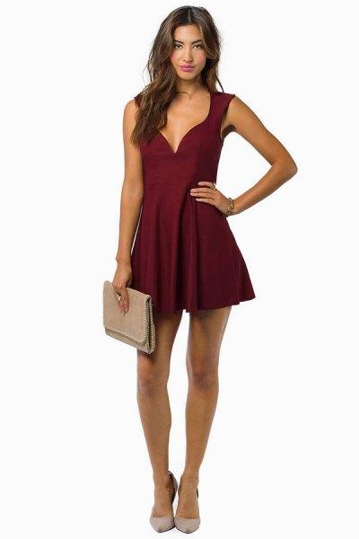 Bourgogne klänning med djup V-ringning, rosa kopplingsväska