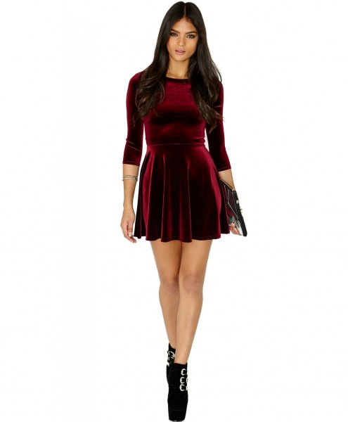 vinröd miniklänning med tre fjärdedelar