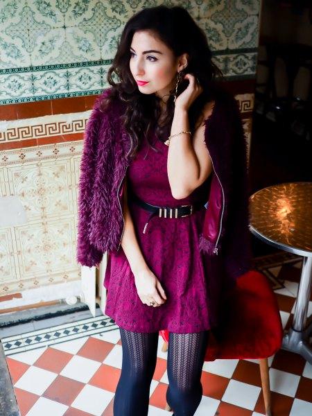 Burgundy spetsklänning med bälte och svart fuskpälsjacka