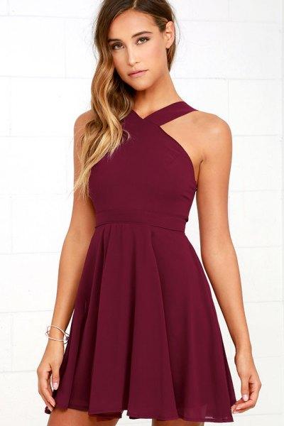 Burgundy halter fit och flare klänning