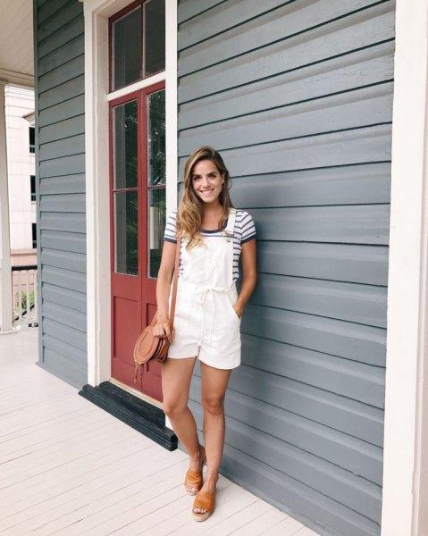 Övergripande shorts marinblå och vit randig t-shirt