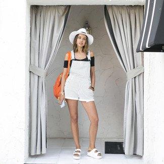 vita och svarta vertikala randiga shorts filthatt