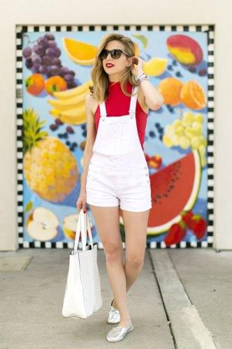 röd ärmlös tröja vita shorts