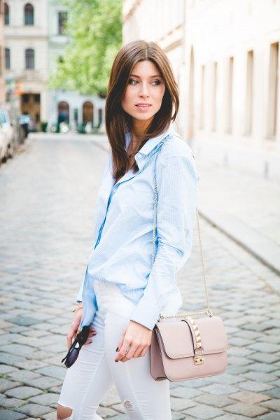 ljusblå pinstripe skjorta vita skinny jeans