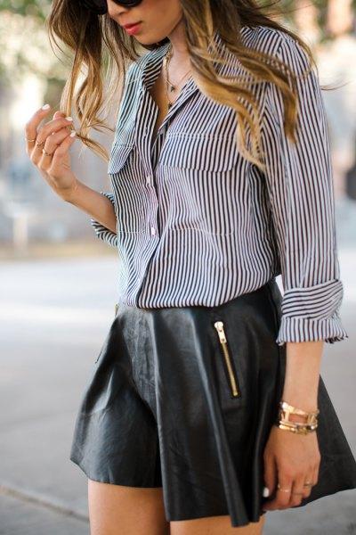 Svart och vit pinstripe skjorta, läder minirater kjol