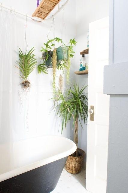 49 badrumsdesignidéer med växter och blommor - perfekt för våren.