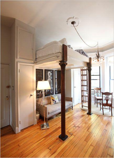 Stor användning av vertikalt utrymme för en interiör med en så liten.