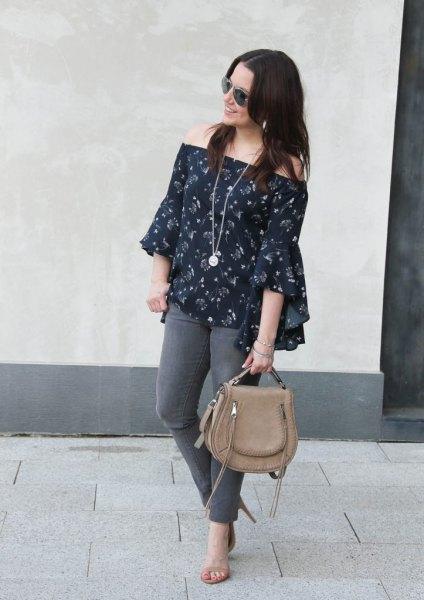 Mörkblå skinny jeans med blommig blus