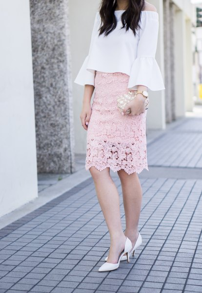 vit av axelblus rodnad rosa spets kjol