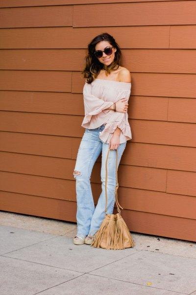 blush rosa axelbandslös blus flared jeans