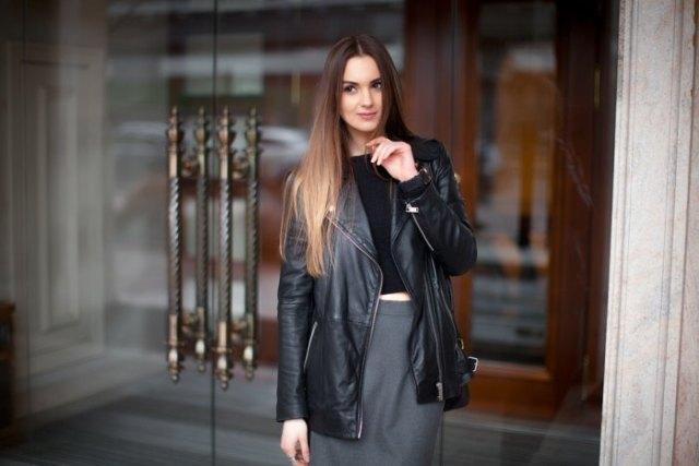 svart lång läderjacka beskuren t-shirt penna kjol