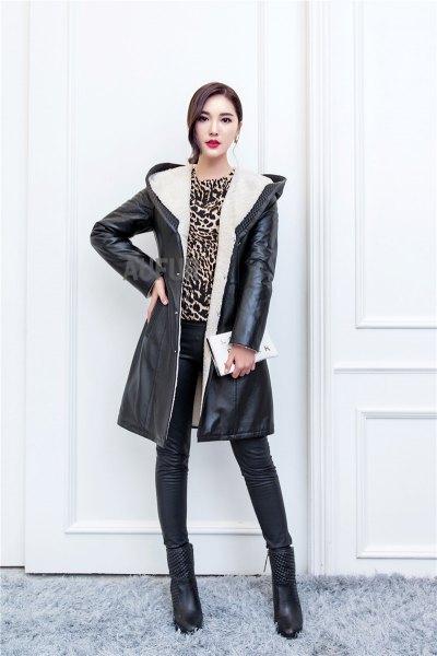 svart lång skinnjacka med cheetah-topp i huva