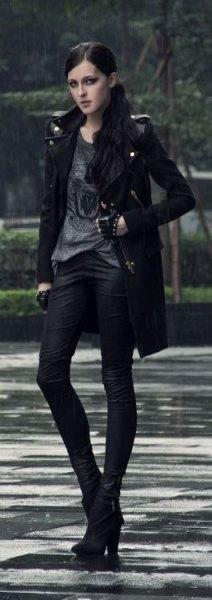 grå t-shirt svarta skinny jeans