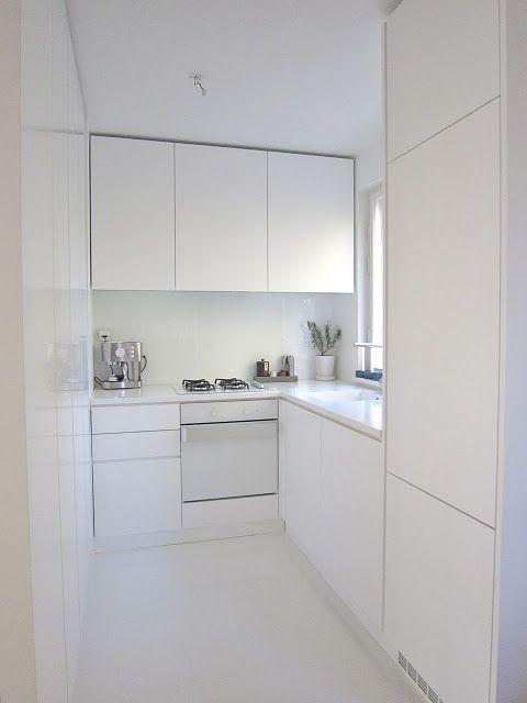 helt vitt, litet och minimalt  Minimal köksdesign, minimalistisk.