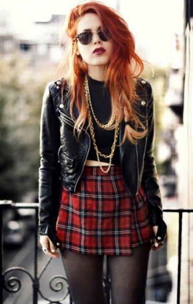 svart kort punk läderjacka med röd rutig minikjol