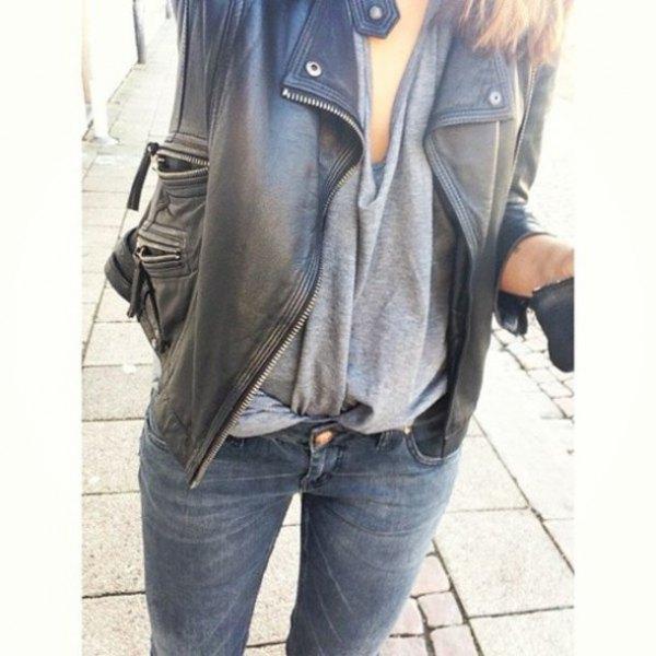 svart överdimensionerad läderjacka med grå draperad topp och jeans med smal passform