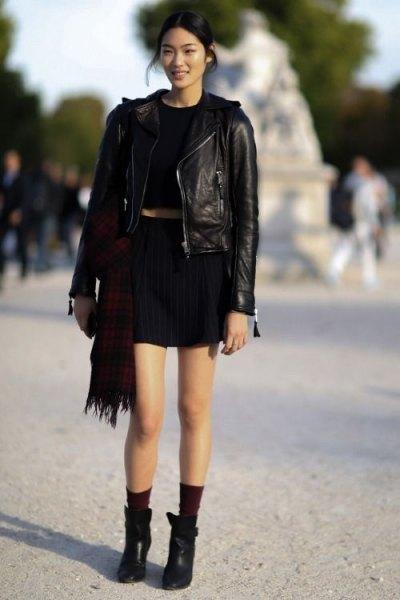 Läderjacka med svart T-shirt och minikjol