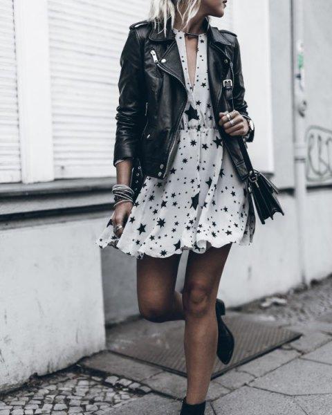 vit miniklänning med V-ringning och utsvängd chiffongstjärna