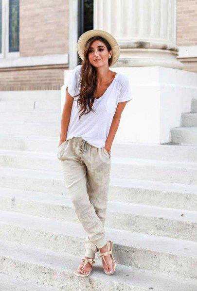 Grå hatt linne byxor vit t-shirt