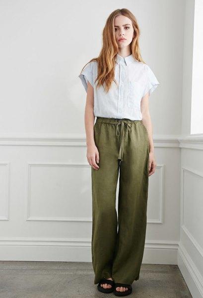 olivgrön linne byxor vit blus outfit