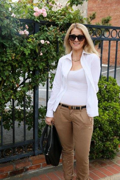 vit skjorta med gröna, smala byxor