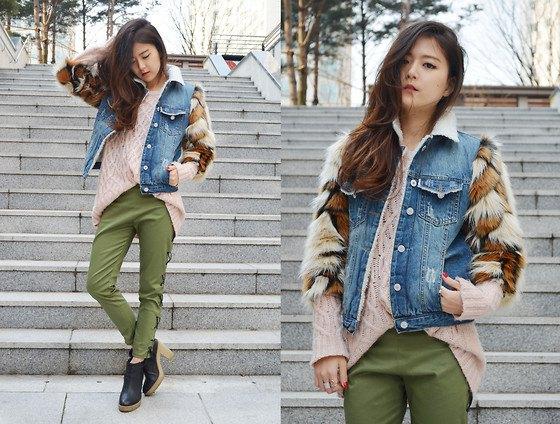 Jeansväst med tröja i fuskpäls och gröna byxor