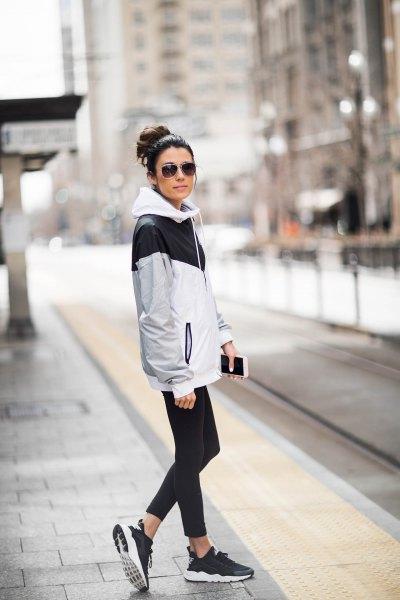 vitgrå och svart vindjacka med korta skinny jeans