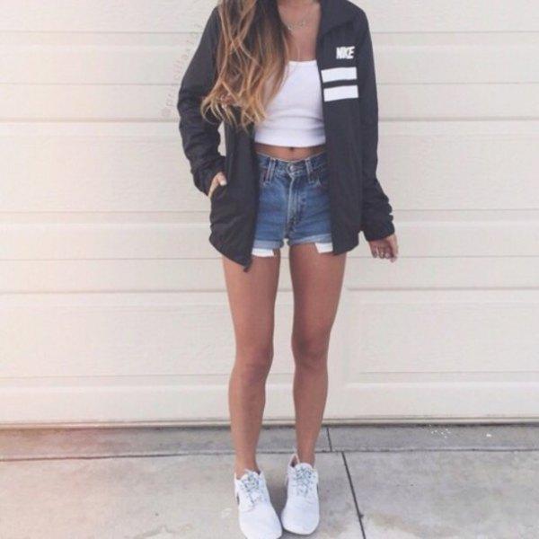 vit crop top med jeansshorts och sneakers