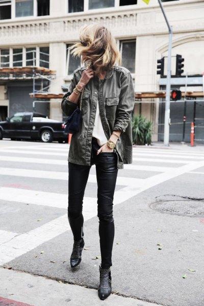 grå jeansjacka med svarta damaskar och stövlar med fotledspinnar