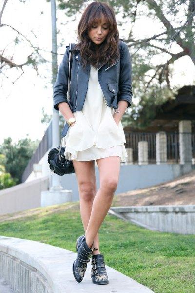 svart skinnjacka med slim fit och vit chiffongklänning