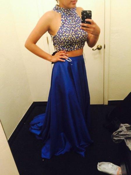 ärmlös, djupblå aftonklänning med V-ringning och silver, klackar med öppen tå