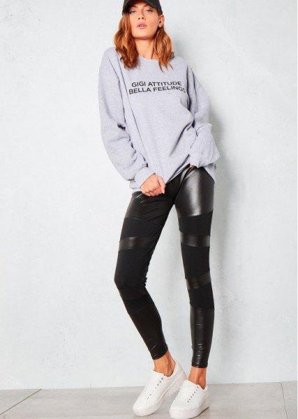 grå tröja med rund hals, svart damask i läder